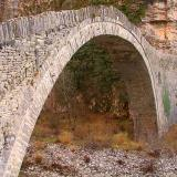 An arched bridge on he way to Koukouli village